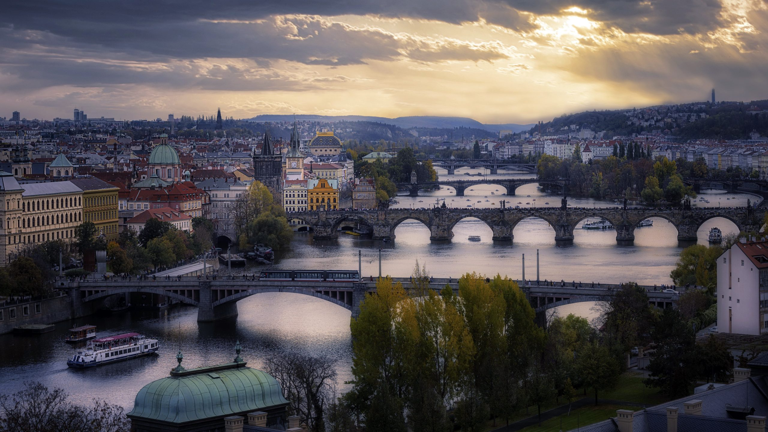 Header Image - Welcome to the Prague Summer Program for Writers